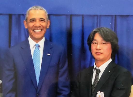 第四回 世界オピニオンリーダーズサミットにて元アメリカ合衆国第44代大統領バラク・オバマ氏との一コマ